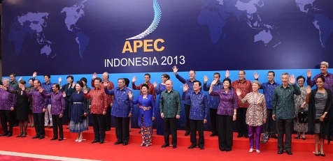 Group photo of APEC leaders with their spouses. (© APEC 2013)