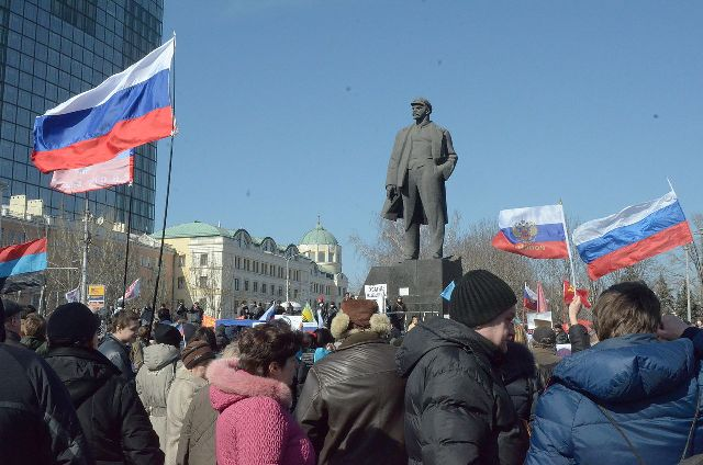 Pro-Russian protesters in Lenin Square, Donetsk, March 8, 2014 (© Andrew Butko CC BY-SA 3.0)
