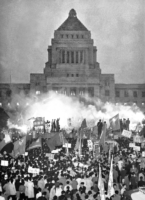 Demonstrators outside the National Diet building protest the revision of the Japan-US Security Treaty (November 27, 1959). ©Kyodo News