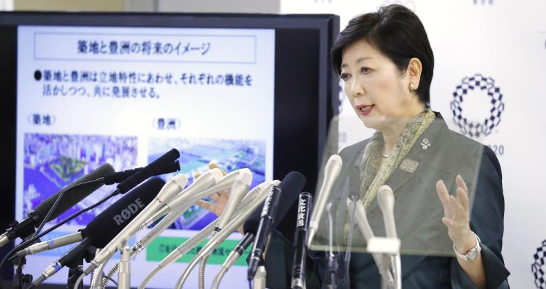 Tokyo Governor Koike announces on June 20 that the Tsukiji fish market will be relocated to Toyosu. ©Kyodo News