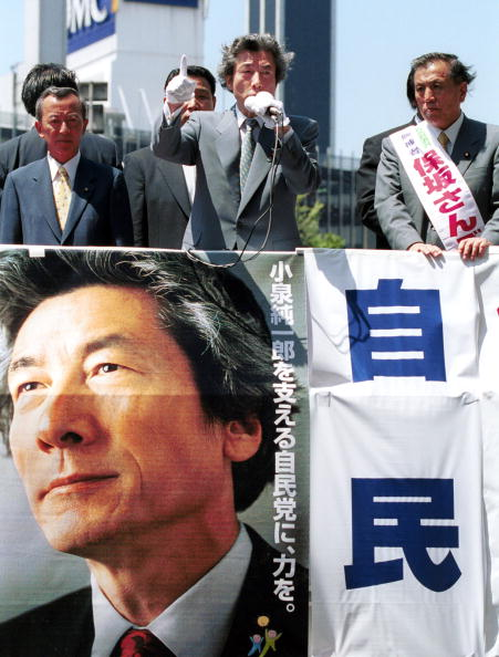 Prime Minister Koizumi campaigning for the July 2001 House of Councillors election in Tokyo. ©Koichi Kamoshida/Getty Images