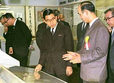 The crown prince (now Emperor Akihito) attending a Meiji centennial exhibition at a Tokyo department store (October 18, 1967). ©Kyodo News