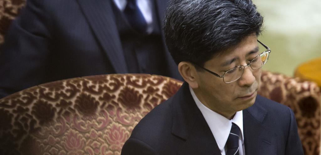 Former senior Finance Ministry official Nobuhisa Sagawa testifies in the Diet regarding his role in the Moritomo Gakuen scandal. (©Bloomberg/Getty Images)